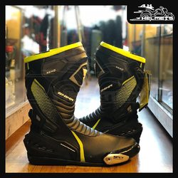 The RSX-6 is a sports ridring model of boots with an ergonomical design which fits the position of the biker. Made of certified microfibre leather with high protection standards (abrasion class). The surface of the tibia is covered by a hard TPU casing, the rear area of the boot is reinforced with a plastic X-shaped element which ends in a rigid heel casing. The metal slider on the side of the boot protects the side and top of the foot together with the stiffener hidden under the leather. The sole of the SafeFoot system is strengthened vertically. A special synthetic grip pad placed on top of it allows you to operate the shift lever more precisely. Perforated leather on the front of the boot allows for light ventilation and air circulation inside the boot. Shima RSX-6 (FLUO Yellow and Black Boots) for ₹16,499, link in bio. 📞: 9769902249 for queries We accept Bajaj EMI. #AHHelmets #Helmets #HelmetsInIndia #Bikers #Bike #BikeLife #MotorCycle #MotorBike #MotorCycles #BikeRide #MountainBike #RoadBike #Racing #Cruising #Wheels #InstaMotorCycle #InstaMoto #InstaBike #InstaMotor #Bikestagram #Biker #Moto #BikersOfInstagram #Ride #BikePorn #Motor #Shima
